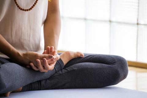 The correct hand position of Vipassana meditation